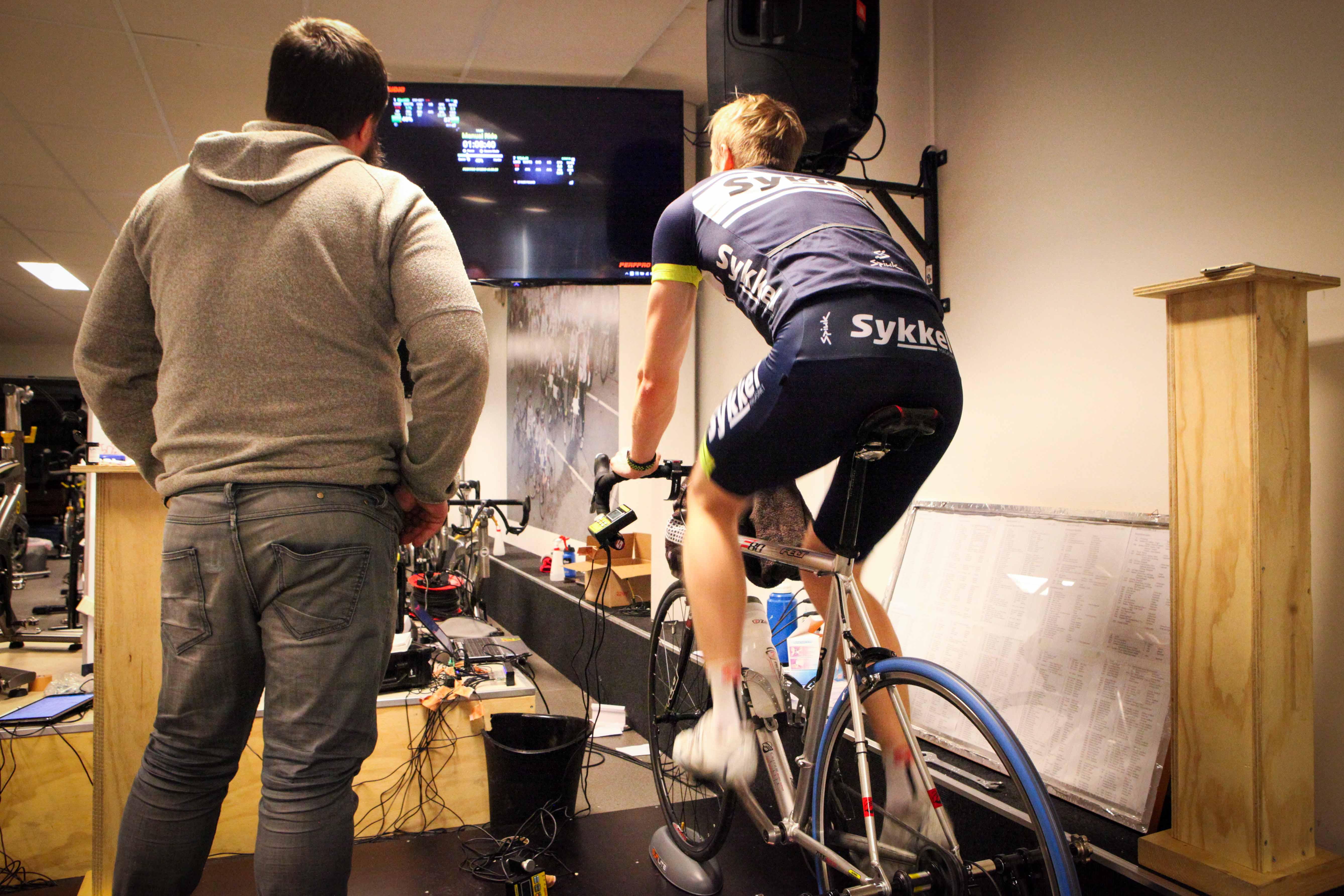 Test: Under testing av 3ax-pedaler sammen med Espen Aareskjold. Foto: Sykkelmagasinet