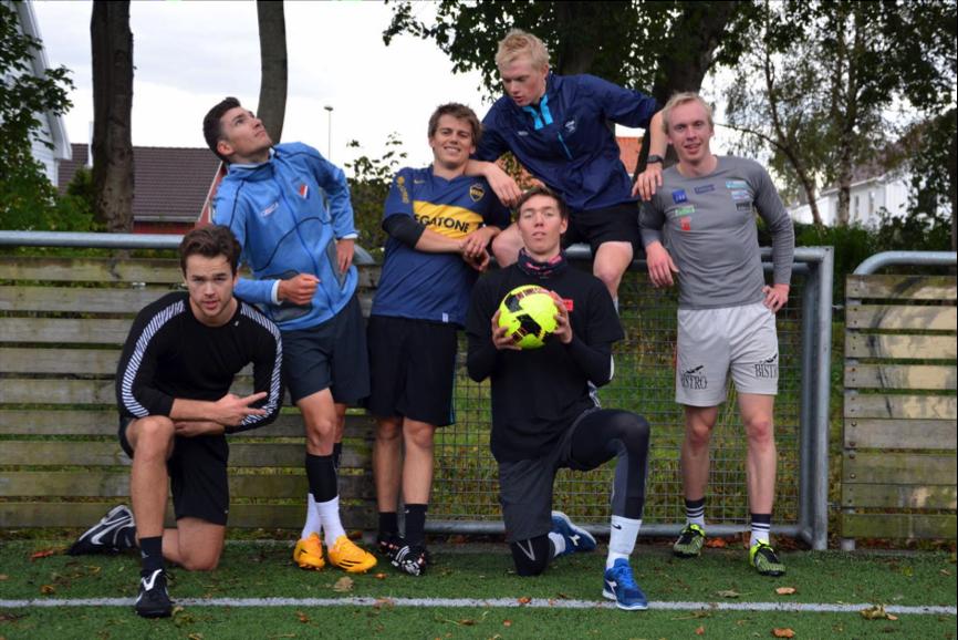 Fotballgutter: Fra høyre: Kristian Bakkan Vika, Sven Erik Bystrøm, Fredrik Lippe, Oscar Landa, Fredrik Galta og Håvard Leknes. Foto: Privat