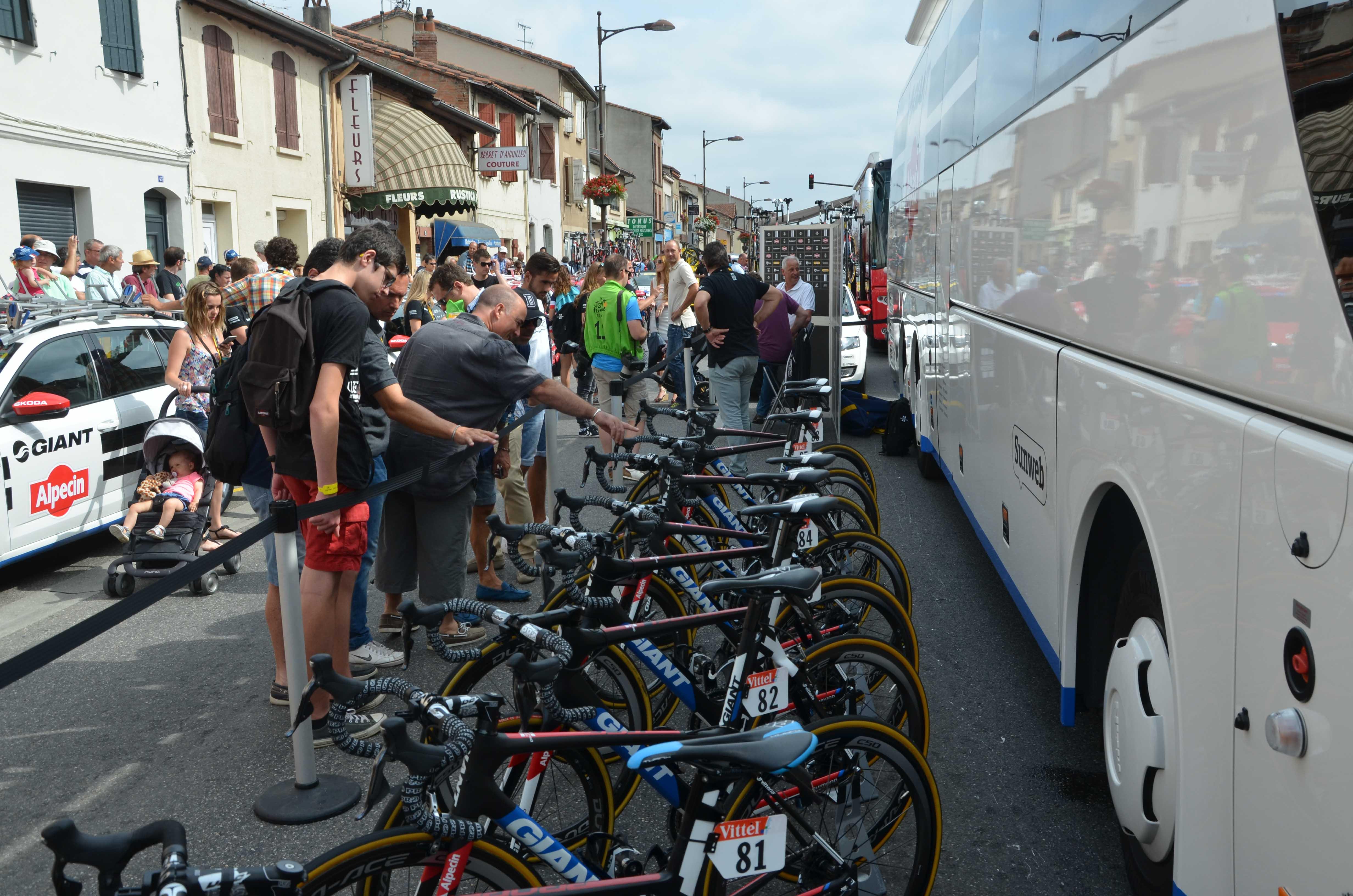 Nærgående: Tilskuere kommer alltid tett på både sykler og ryttere før start.