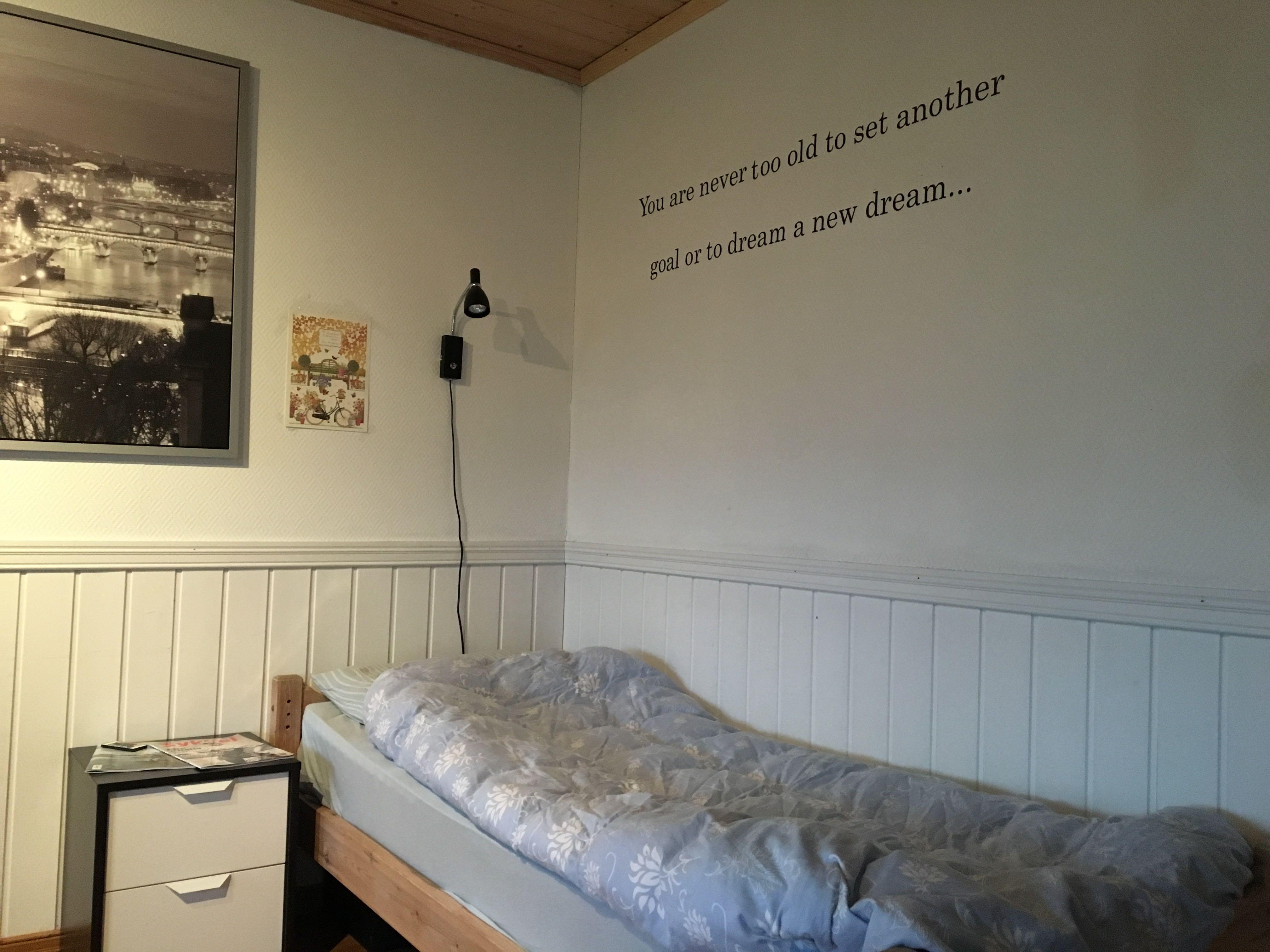 Motivasjons-setningen på veggen over sengen min. (Foto: ANDREAS)