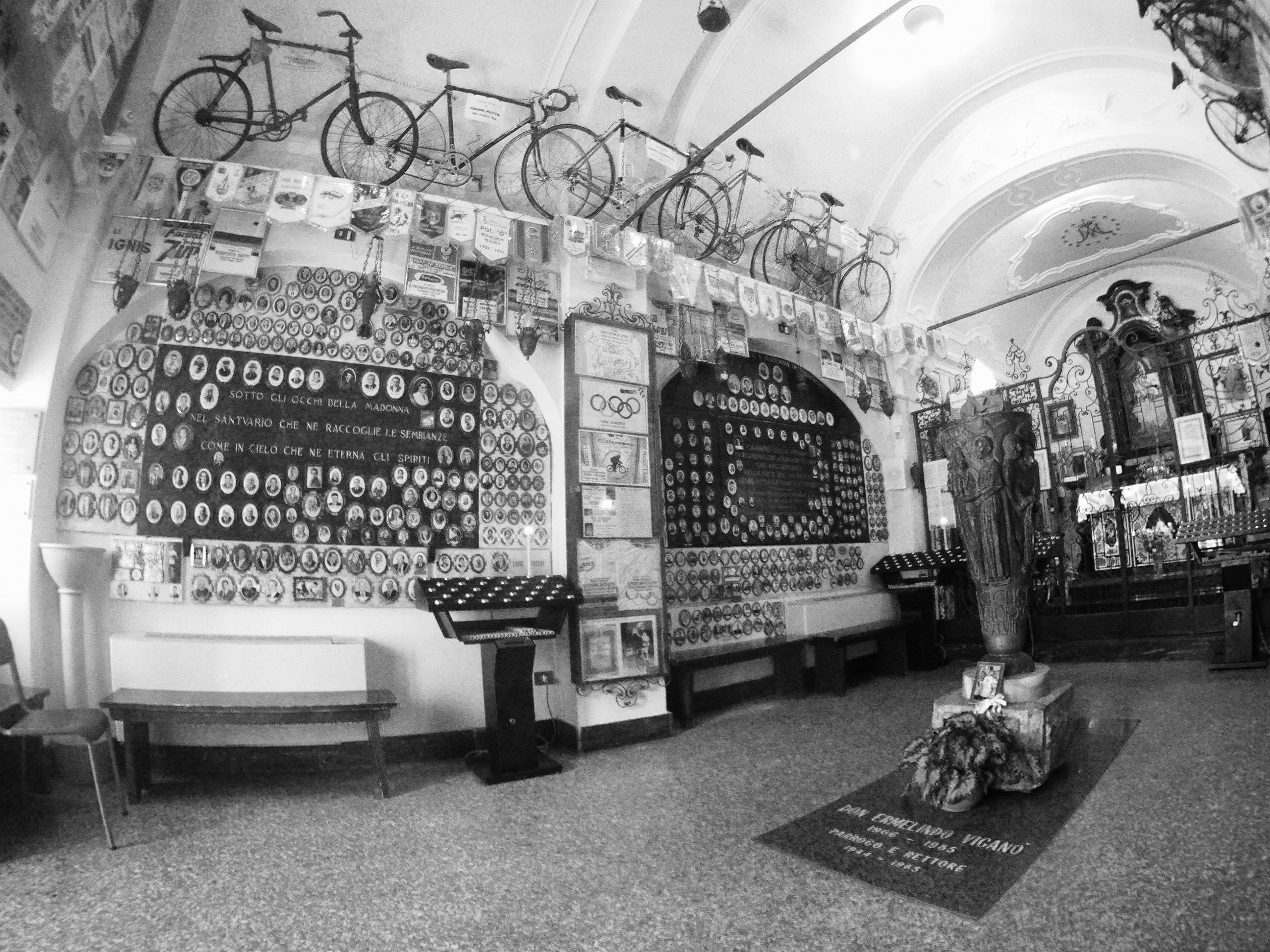 Inne i kappellet på Madonna del Ghisallo