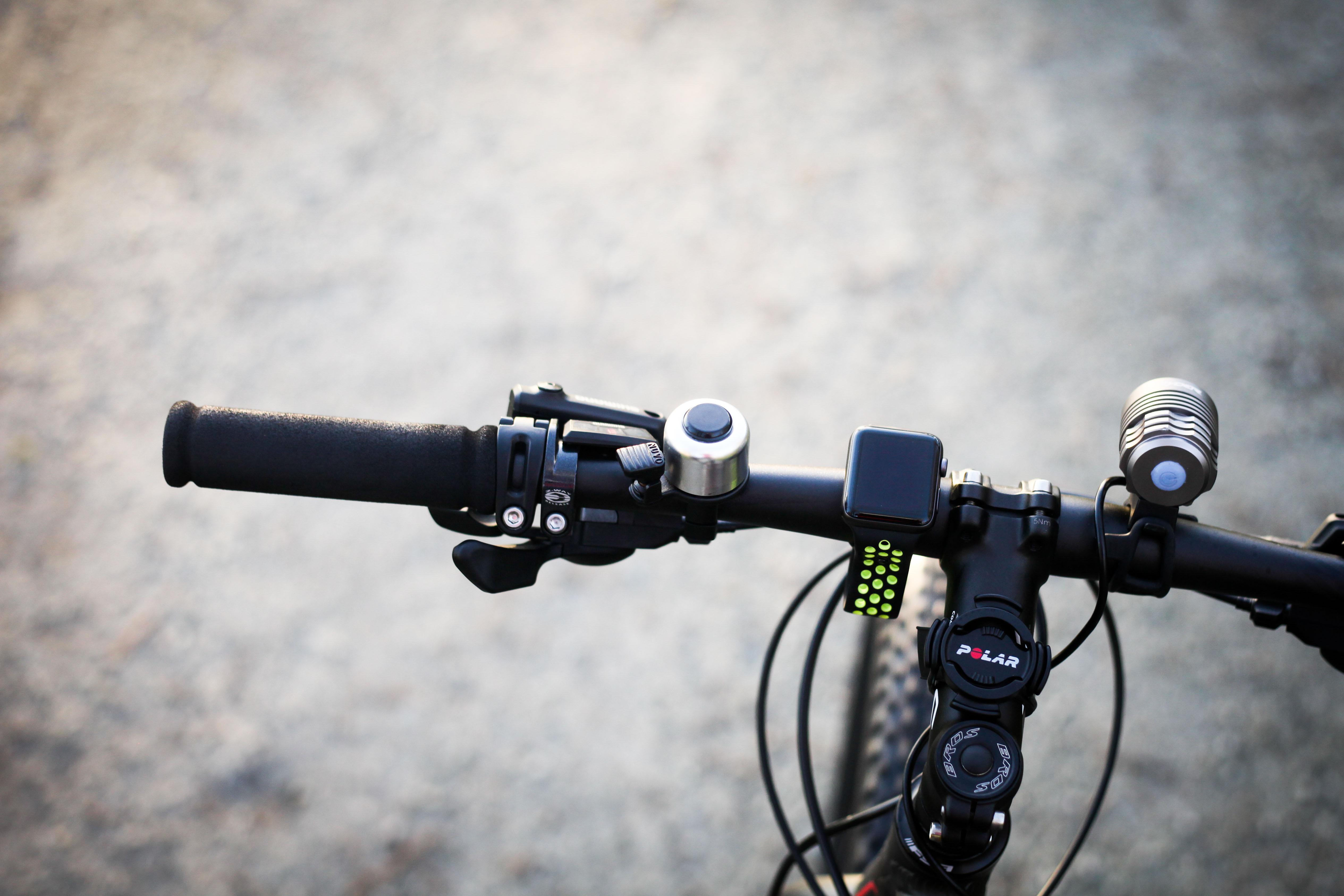 Vanskelig å feste: Hører Apple Watch hjemme på et sykkelstyre sammen med andre komponenter? Da må det hvertfall tilbys en god festemekanisme. Foto: Sykkelmagasinet