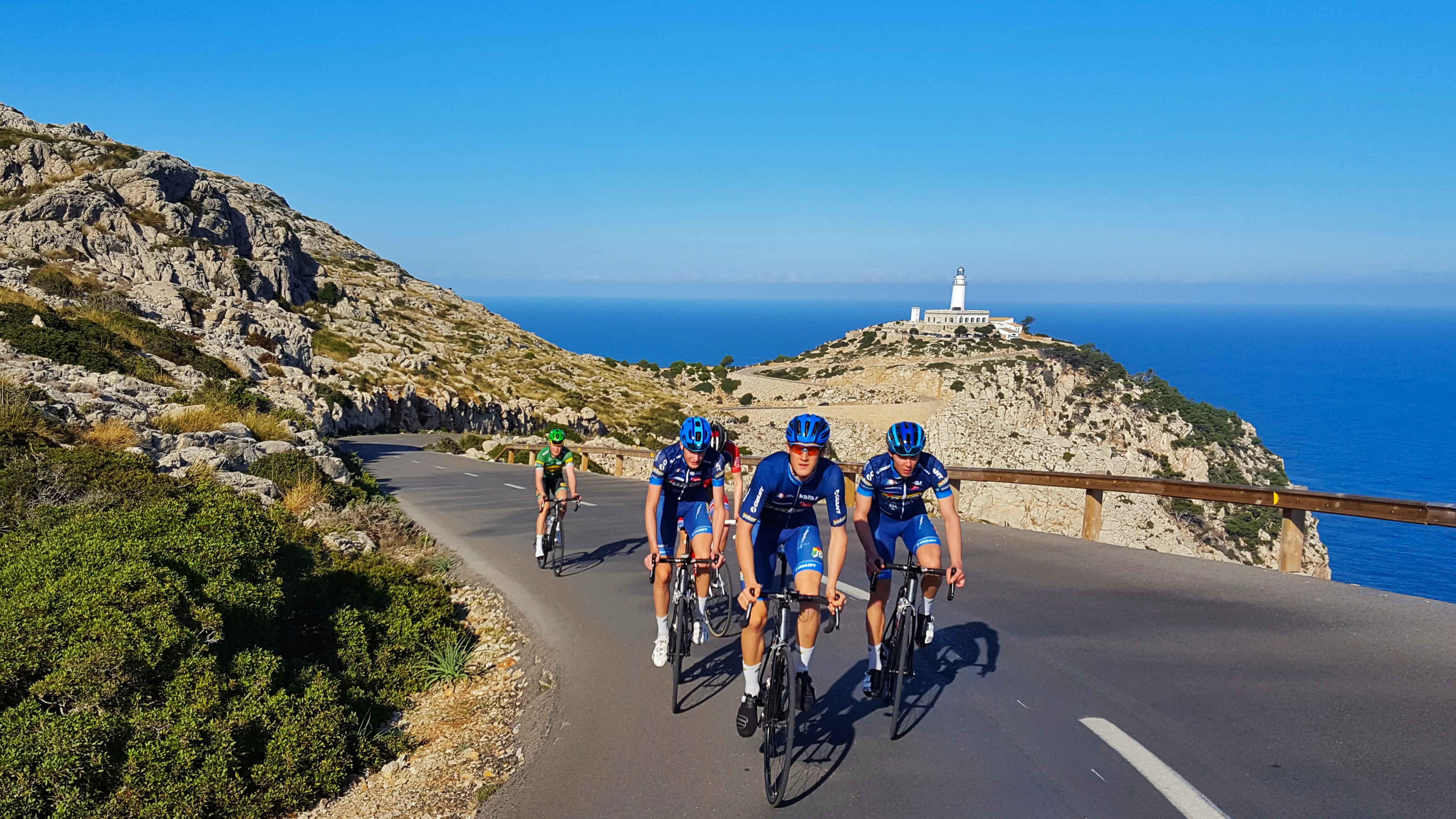 Skinnet bedrar: Det ser kanskje behagelig ut å drive vintertrening på idylliske Mallorca, men her legges det ned timer med blodslit. Foto: Carl Fredrik Hagen