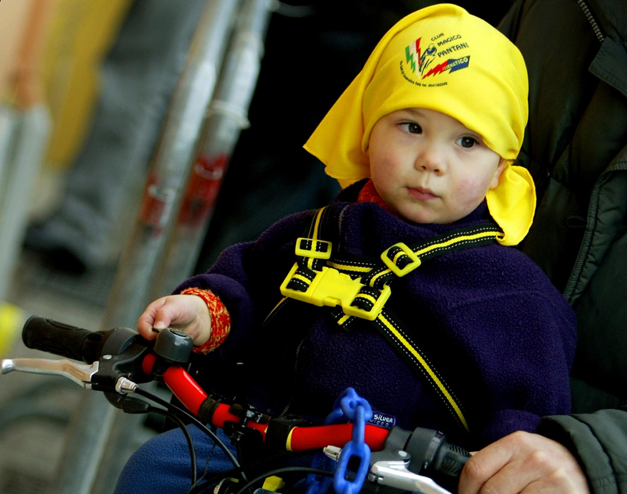 En liten tifosi med Pantani-bandana. FOTO ANSA/Stefano Rellandini